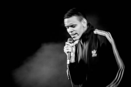 Forsangeren i det populære aarhusianske band Liss, Søren Holm, er død.