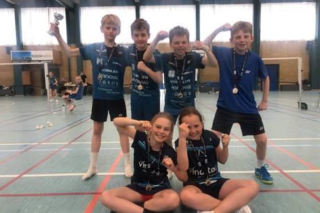 U11-holdet fra Højbjerg Badminton Klub jubler over guldet. Prfoto