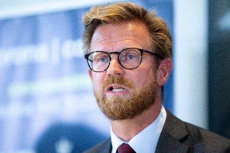Der skal noget helt ekstraordinært til for at afvige fra den politisk vedtagne linjeføring syd om Lading Sø, mener transportminister Benny Engelbrecht (S).