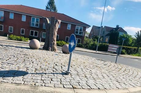 Stærke kræfter har tilsyneladende været på spil i Ryomgårds eneste rundkørsel og løftet det yderst tunge og granitkuglerunde hoved af stenskulpturen, der 'pryder' midten af rundkørslen