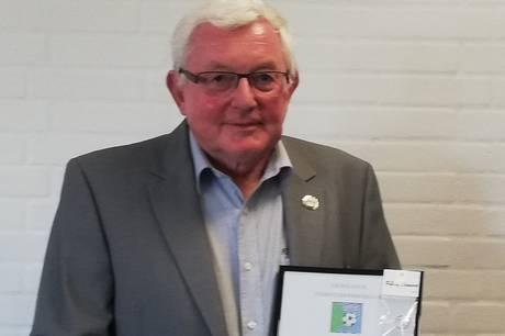 En af lokalfodboldens mange opmænd, Gunnar Bjerglund, blev fortjent hyldet på Djurslands Fodbolddommerklubs nyligt afholdte generalforsamling