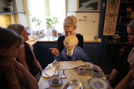 Med afsæt i erindringen om sin sønderjyske bedstemor og hendes køkken formidler performer Anette Asp Christensen fortællingen omkring et kaffebord. Prfoto