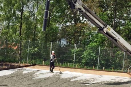 Der arbejdes på højtryk for at gøre Grenaas padelbane klar.