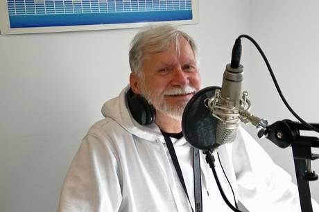 Jan Grau fortæller og spiller nye og gamle sange i Radio Djursland.