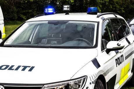 En 17-årig dreng på knallert fik flere sigtelser, da han onsdag morgen blev standset af betjente i Allingåbro.