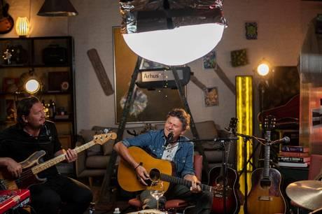 """Den erfarne sanger og sangskriver går nye veje som vært på podcasten """"Som en stifinder - med Poul Krebs""""."""