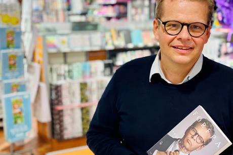 Anders Langballe, der er vokset op i Skanderborg, signerede 1, juni sin nye bog i Bog & Idé i Skanderborg. Foto: Sonne