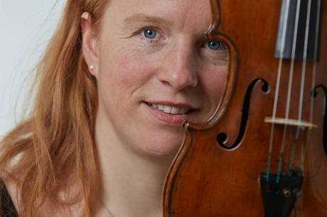 Clara Richter Bæk er uddannet på Den Kongelige Danske Musikskole i København, Hochschule für Musik i Køln og Hochschule für Musik und Theater i München. Pr-foto