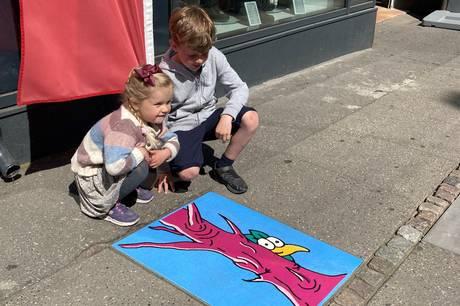 Aarhus Kommune står bag en ny kunststi igennem Aarhus, som skal hjælpe børn og voksne til at opleve byen og lære dens historie at kende. Ruten, der er tre kilometer lang, består af 30 fliser, som den aarhusianske streetart-kunstner, Mikkel Jessen, har malet sine farverige fuglemotiver på.