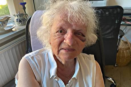 I weekenden blev en 79-årig kvinde udsat for et voldsomt overfald i det sydlige Aarhus. Nu står hendes barnebarn frem for at efterlyse vidner til episoden samt for at komme i kontakt med det ægtepar, der hjalp den ældre kvinde.