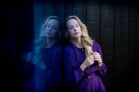 Musikeren Lau Højen har fået assistance af den anerkendte sangerinde og sangskriver Tina Dickow på sit nye nummer om kuldsejlet kærlighed.