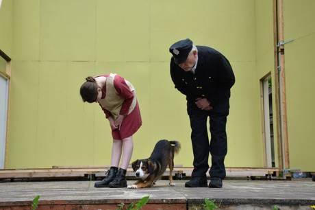 I år må der ikke komme hunde med ind til Busbjerg Spillene, fordi en af skuespillerne selv er en hund. Derfor blev en særlig forestilling kun for hunde opført.