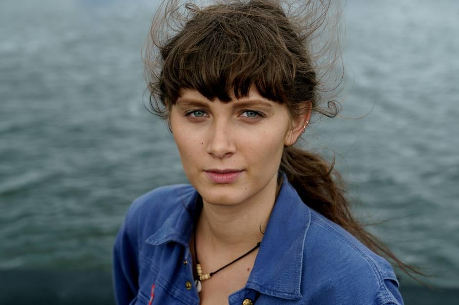 """27-årige Amanda Jürgensen går på skuespillerskolen i Aarhus og er lige nu aktuel i krimiserien """"Hvide Sande"""" på TV 2. Rollen, der er Amandas tv-serie debut, har åbnet hendes øjne for en helt ny verden. En verden af muligheder, hvor det er tilladt at drømme stort."""