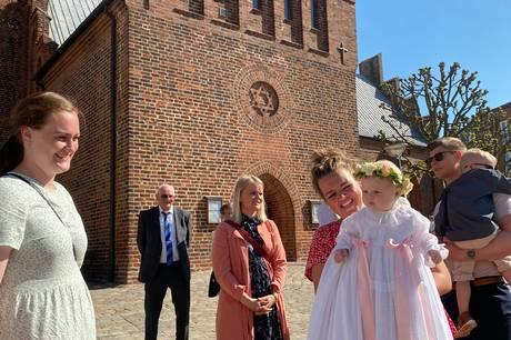En række familier, som har udsat deres barns dåb grundet coronasituationen, deltog Grundlovsdag i en stor dåbsfest i Grenaa Kirke.