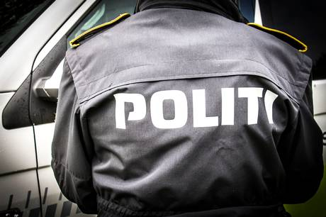 En 27-årig mand, der torsdag aften var involveret i et færdselsuheld, måtte anholdes, da han sparkede og slog betjente.