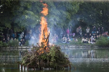 """Det menes, at en af de første sankthansfester, hvor der både blev sunget """"Midsommervisen"""" og brændt en heksedukke af, var omkring år 1900, oplyser Nationalmuseet. (Arkivfoto) - Foto: Simon Skipper/Ritzau Scanpix"""