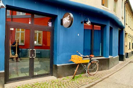 Baren Rake  Skolegade 24 og inden længe vil der formentlig være et nyt skilt med et nyt navn uden for baren. Foto: Restaurant Sælgeren