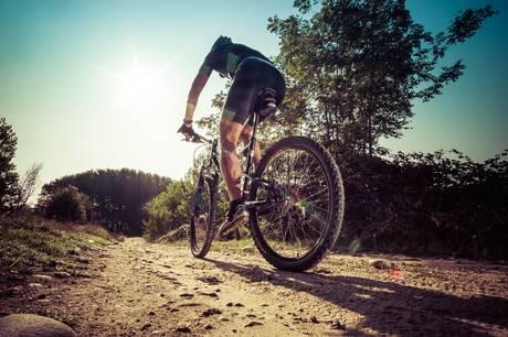 Flere danskere søger mod actionoplevelser, som giver adrenalinsus og sved på panden. Men det kan give problemer med ulykker og forsikring.