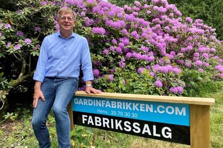 Ulrich Carlin Nielsen er direktør i Gardinfabrikken, der holder til i Gl. Rye. Og her kan man mærke, at de tunge gardiner trender lige nu. Foto: Sonne