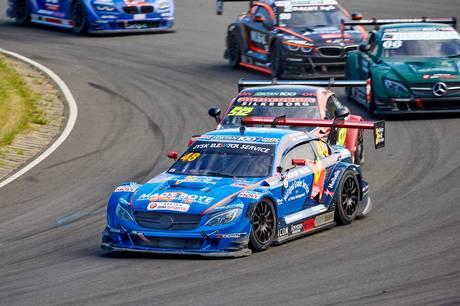 Frederik Nymark vandt et heat, men begge teamets biler endte weekenden med store skader.  Foto: Ib Trebbien