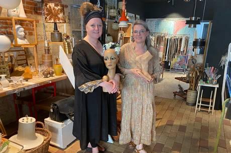 Veninderne Heidi Bielfeldt og Dorte Rydahl har åbnet butikken GenBRUN i M.P. Bruunsgade med genbrugskatte, dims og dut fra gulv til loft. Begge holder de af at se gamle ting få nyt liv – og så elsker de brun.