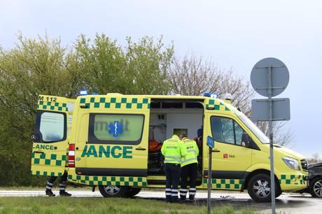 Tre biler stødte mandag formiddag sammen i Skanderborg, og efterfølgende blev en person kørt på sygehuset.