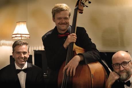 Jacob Venndts Fabulous Swing Trio giver et par numre fra deres eget repertoire. Prfoto