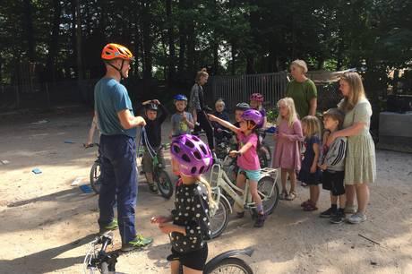 Både løbe- og pedalcykler var fundet frem, da børn og pædagoger hos Skovhuset Børnehave i Skanderborg torsdag havde fokus på motorik og cykeltræning som en del af et nyt forsøgsprojekt fra organisationen Dansk Skolecykling. Prfoto