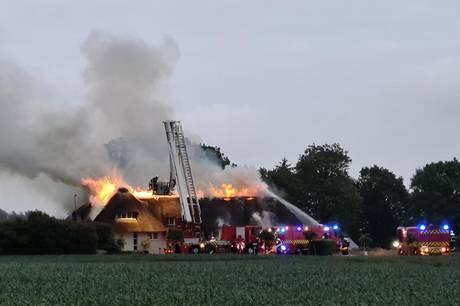 Omfattende gårdbrand fredag aften ved byen Sjølund, der ligger nær Kolding. Foto: Presse-fotos.dk