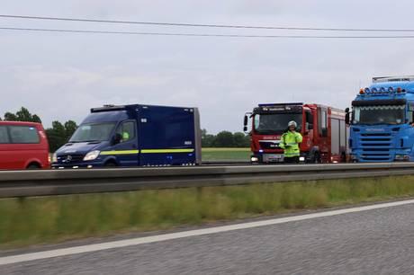Der er lørdag formiddag klang kø på Sønderjyske Motorvej efter uheld, hvor lastbil brød i brand. Foto: Presse-fotos.dk