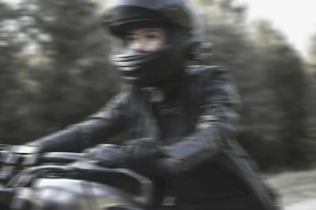 På motorvejen blev dansk kvinde på motorcykel dræbt i en ulykke.