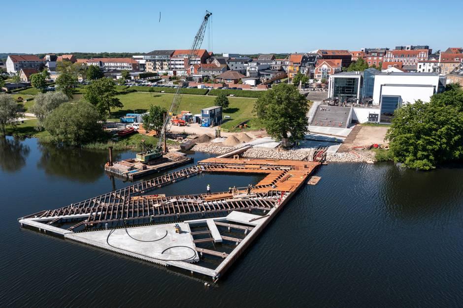 Arbejdet med det nye søbad i Byparken skrider godt frem forud for den officielle indvielse den 24. juni.