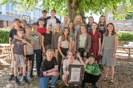 Det bragte store smil frem hos både eleverne og deres klasselærer, da 7.D på Mølleskolen i Ry blev overrasket med budskabet: I har vundet specialprisen i GF Fondens filmkonkurrence. Foto: GF Fonden