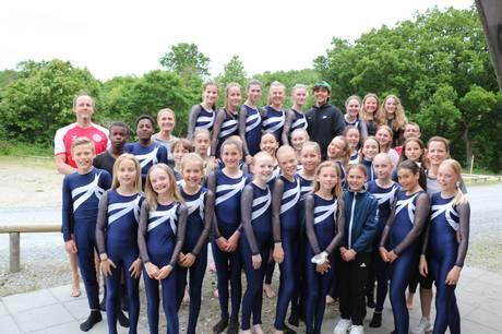 De glade gymnaster og deres trænere. Prfoto