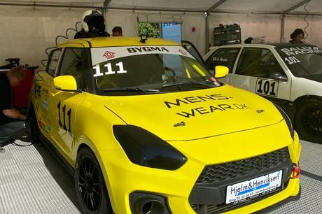 Den gule Suzuki Swift Sport med startnummer 111 kom mere end en gang under ét minut per omgang, og det koster lidt i straf hver gang. Prfoto