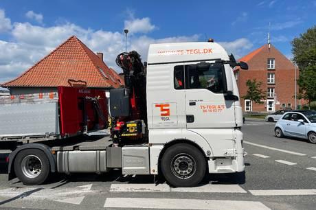Farlige situationer opstår hver dag, når tung trafik kører over midterrabatten i rundkørsel i Ebeltoft.  Formand for udvalget for natur, teknik og miljø lover at kigge på det.