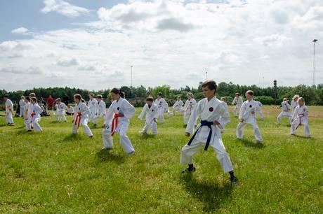 Syddjurs Karateskole havde stor tilslutning til den årlige graduering, der var henlagt til uvante udendørs omgivelser.