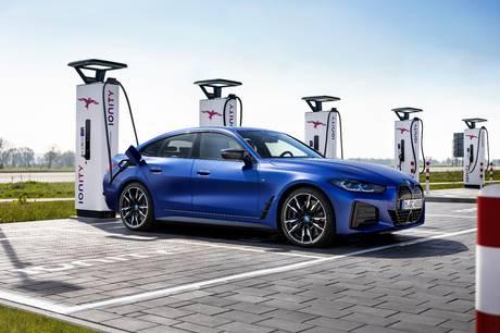 Den nye BMW i4 ser meget konkurrencedygtig ud og tilbyder lang rækkevidde og hurtig ladning.