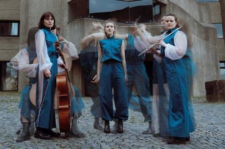 Cello, fløjte og dans fortolker i Ebeltoft den lokale frustration og områdernes særegne kvaliteter i et intimt eksperimenterende værk skabt omkring improvisation og udfordret af en pandemi.