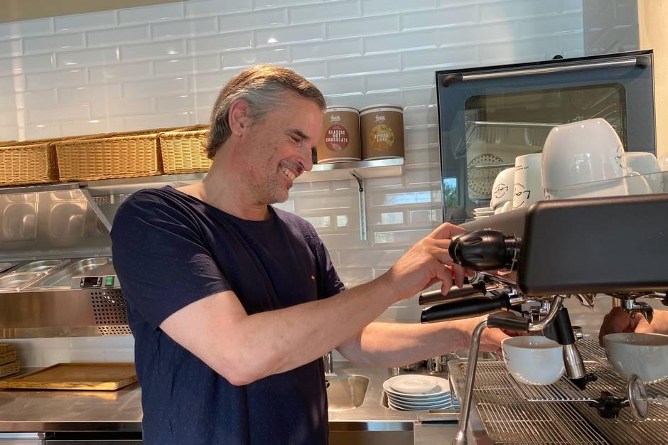Den lokale tøjbutik Fru Lund i Højbjerg udvider med café.