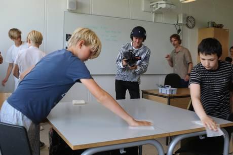 Aarhus Kommune og aarhusiansk virksomhed præsenterer en såkaldt digital nudging løsning, som guider og involverer lærere og elever til at deltage i aftørring af skoleborde og andre overflader for at undgå smittespredning og nedsætte sygefraværet.