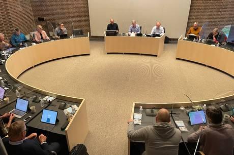 Bølgerne gik højt i byrådet, men flertallet står fast på den planlagte placering af nyt plejecenter i Hadsten.