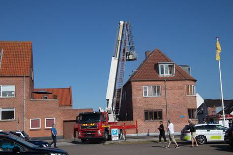 Politiet og brandvæsnet blev tirsdag kaldt ud til en lejlighedsbrand i Grenaa. Foto: Øxenholt Foto