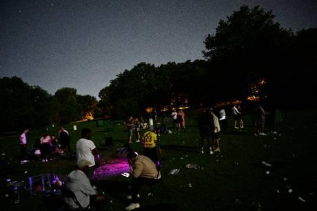 Flere partier ønsker at stramme reglerne for musik i parker. DF ønsker de festende unge helt væk.