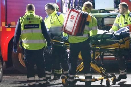 Cyklende kvinde er i kritisk tilstand - men politiet finder bil med skader på fronten og anholder tre personer efter ulykken i krydset mellem Englandsvej og Sundholmsvej på Amager.