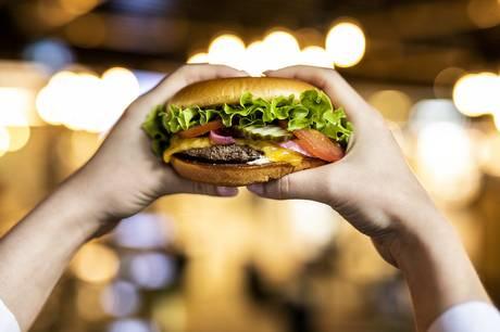 Burgerkæden lukkede alle restauranter på grund af coronakrisen, men forventer nu at åbne ti nye.