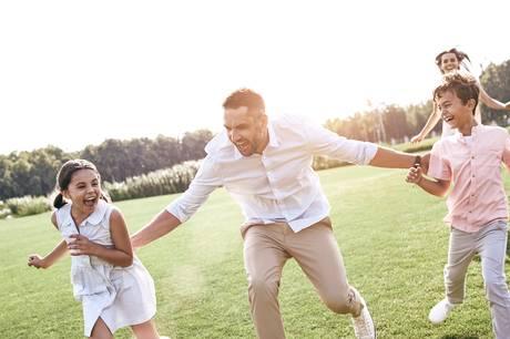 Barndommens lege fra villavejen er oplagt familieunderholdning og godt til at brænde krudt af på hjemmeferien. Brug, hvad I har, og giv de gamle lege et twist.