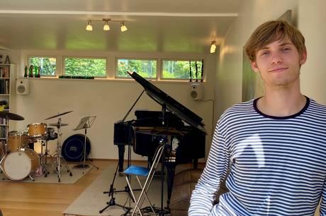 Mikkel Vuust skal de næste fire år spille på sine trommer i et af verdens førende jazz-miljøer. Inden da hærger han de aarhusianske scener i jazzfestivalen.