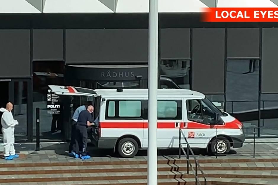 En 60-rig dansk mand, der tidligt fredag morgen brd ind i Middelfart Rdhus og forskansede sig i bygningen, er fundet omkommet.