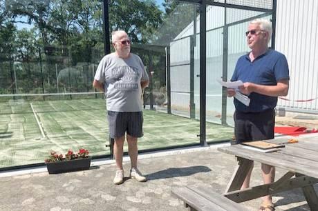 Prisoverrækkelse var en overraskelse ved åbning af padelbane i Grenaa Tennisklub.